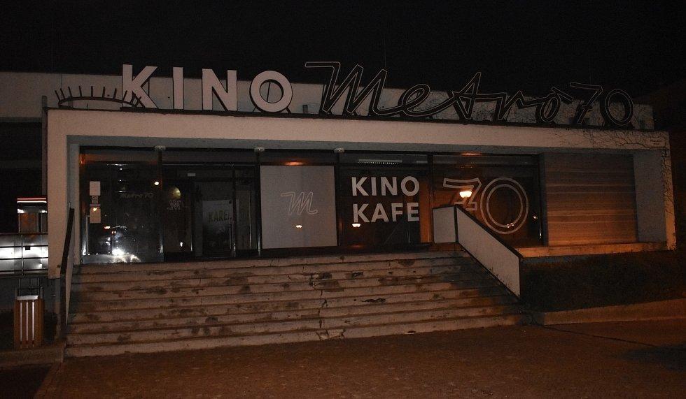 Výročí založení našeho státu uctilo i prostějovské Kino Metro 70, které se přesně v 17.11 hodin rozzářilo barvami trikolory. 17.11. 2020