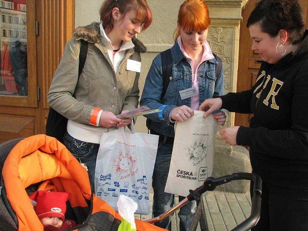 rdíčka při letošní charitativní sbírce občanského sdružení Život dětem vystřídaly reflexní pásky.