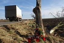 Na místě nedělní tragické nehody u Vícova se objevily květiny, fotografie a desítky svíček