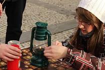 Skauti na prostějovském náměstí rozdávali betlémské světlo