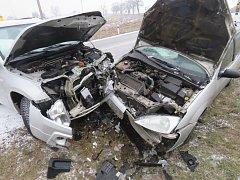Prudká zatáčka a kluzká vozovka znamenaly nehodu nedaleko kosteleckého hřbitova