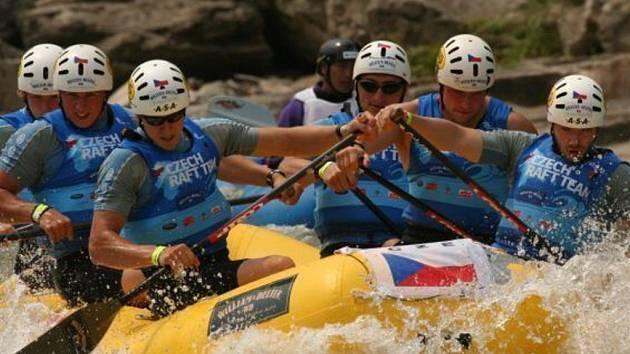 Prostějovští raftaři při bojích s peřejemi v korytě řeky Naerinchon.