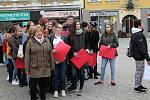 Studenti SOŠPO uctili výročí vzniku Československa živou vlajkou.