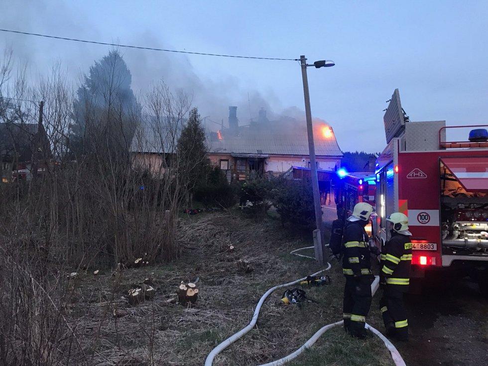 Rodině v Bělé pod Pradědem zničil požár dům.