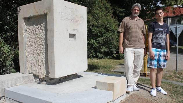 Richard Lázna se svým táto Janem Láznou u pomníku padlých vojáků z první světové války v Kostelci na Hané, který v těchto dnech prochází rekonstrukcí.