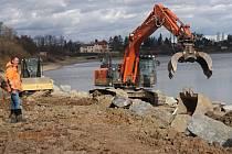 Výstavba cyklostezky podél severního břehu plumlovské přehrady - 18. února 2020 - bagr buduje čtyři metry vysoký násyp (na snímku stavbyvedoucí Michal Macháček)