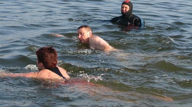 Zimní plavání. Ilustrační foto
