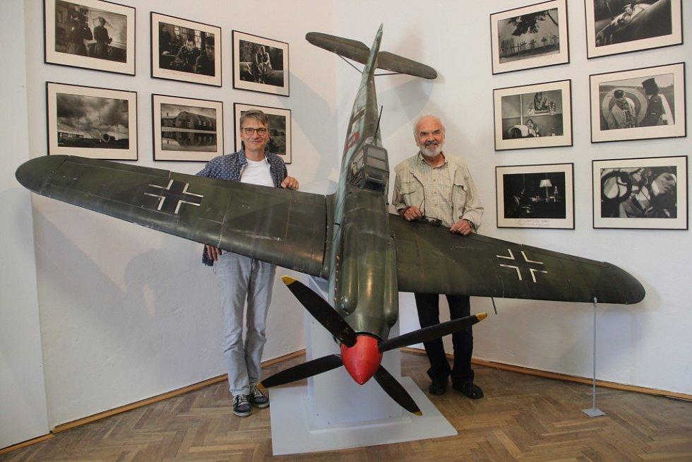 Zdeněk a Jan Svěrákovi s modelem letadla z filmu Tmavomodrý svět.