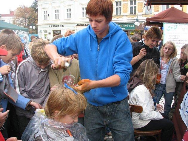 Kadeřnický salon pod širým nebem silně lákal návštěvníky oslav cyrilometodějského gymnázia.