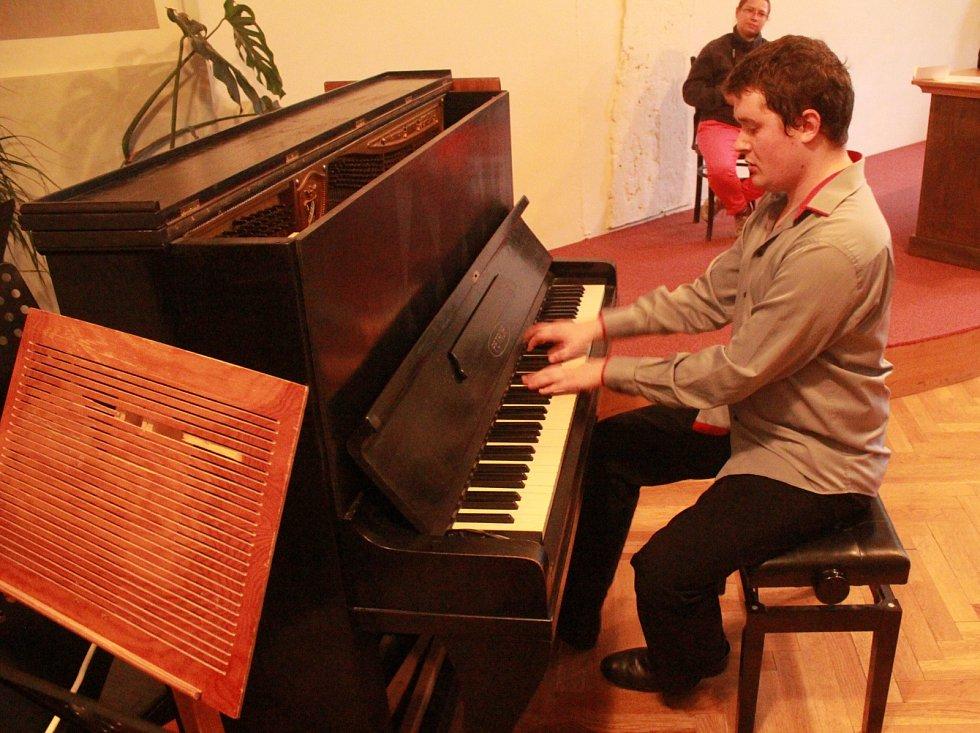 Klavírista Daniel Jun potěšil posluchače v evangelickém sboru.