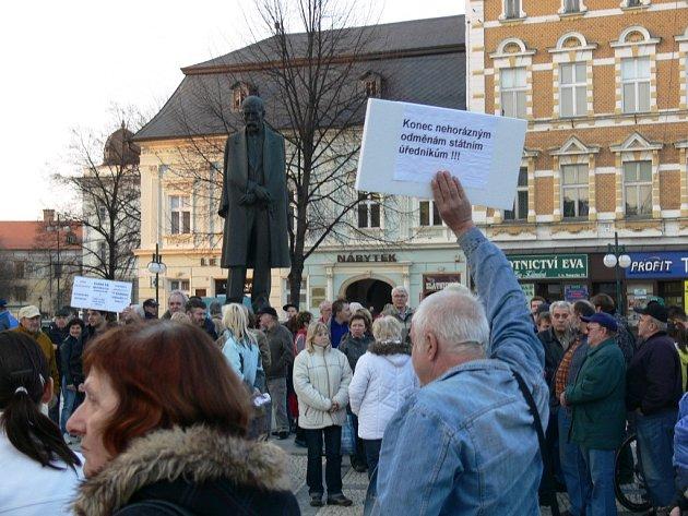 Demonstrace proti vládě před prostějovskou radnicí