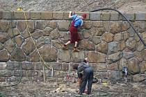 Plumlovská přehrada v červnu - práce u koruny hráze