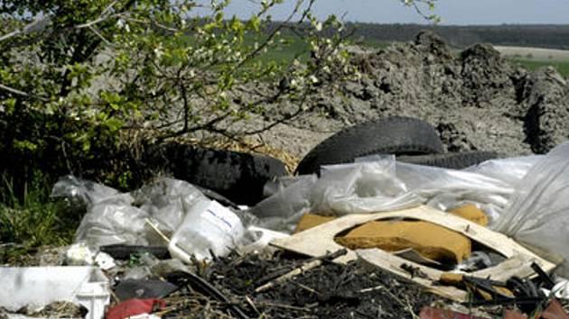 Lidé se nebojí a dál nelegálně vyvážejí odpad. Obec po nich musí uklízet.