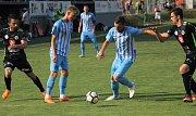 Fotbalisté Prostějova (v modrém) hráli doma s Hradcem bez branek.Lukáš Hapal (Prostějov)