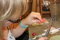 Marta Nevrlá při výrobě šperků