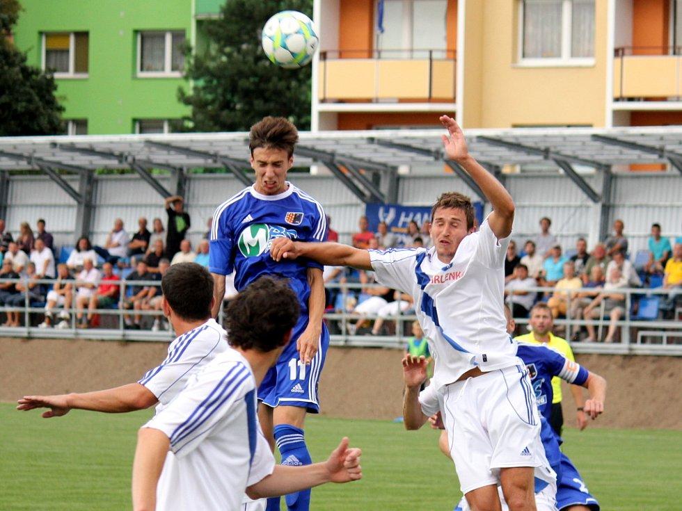 Prostějovští fotbalisté (v modrém) ve své domácí třetiligové premiéře nestačili na Frýdek-Místek, kterému podlehli 1:3.  Hlavičkující Tomáš Machálek