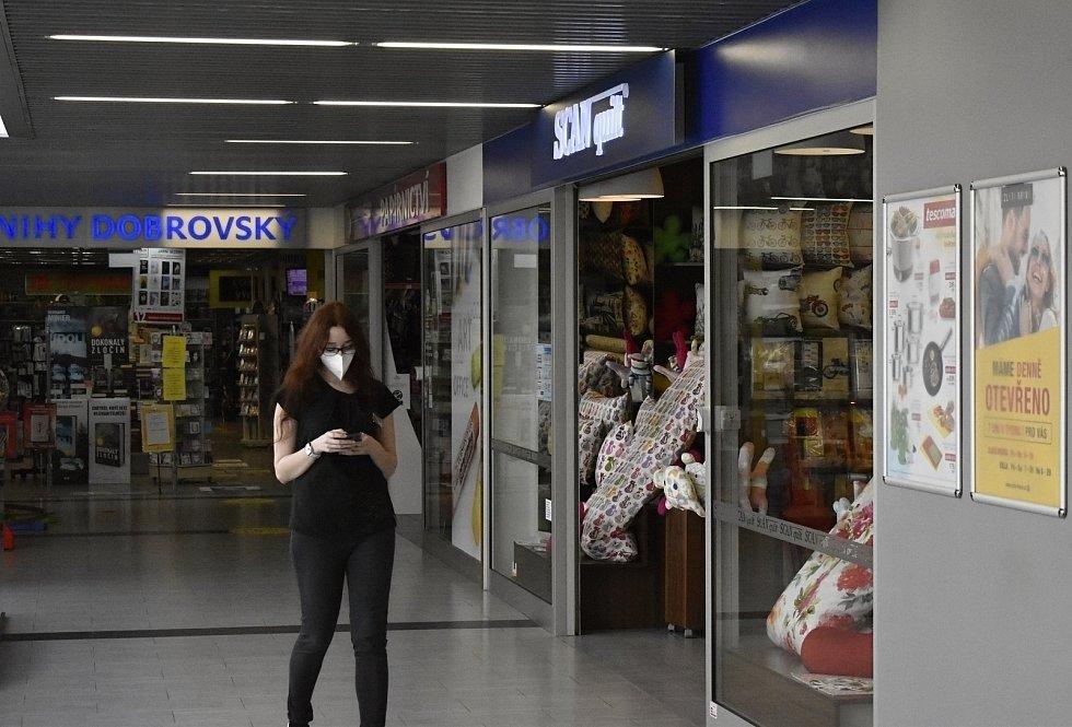 Prostějov. Po dlouhé době se otevřely obchody s oděvy, bazary nebo klenotnictví.