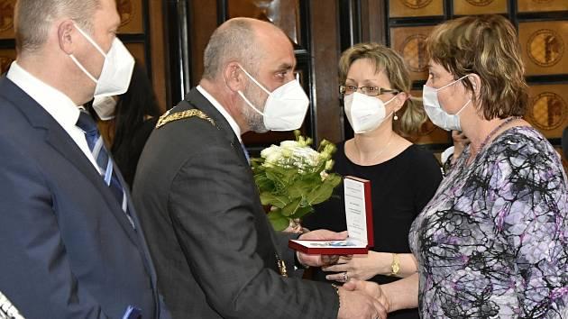 Medaili primátora obdrželo dvanáct oceněných. Zuzana Bartošová (vedoucí krajská hygiena Olomouc) 26.5. 2021