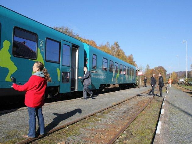 Obnovené vlakové spojení Dzbelským šetří čas i peníze.