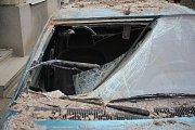 Zřícené zdivo v Laškově poničilo zaparkované auto