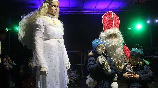 V Kostelci na Hané přinesl Mikuláš-starosta dárky dětem.