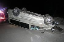 Řidič ignoroval zákaz vjezdu, skončil s autem ve svodidlech.