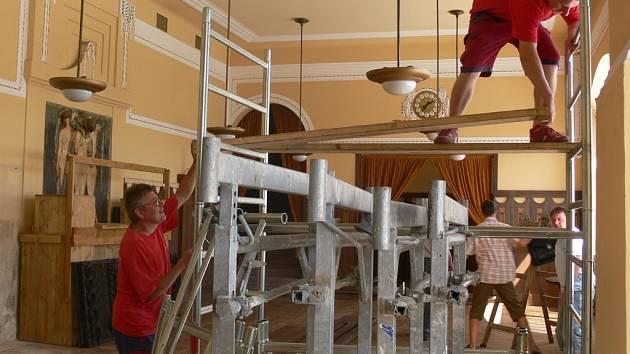Stavební materiál, nářadí a řemeslníci. Tak vypadá od pondělí restaurace Národního domu.