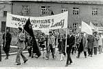 POCHODEM VCHOD. A naposledy drůbežárna, tentokrát z roku 1975, když se pracovníci podniku účastnili průvodu v Konici.