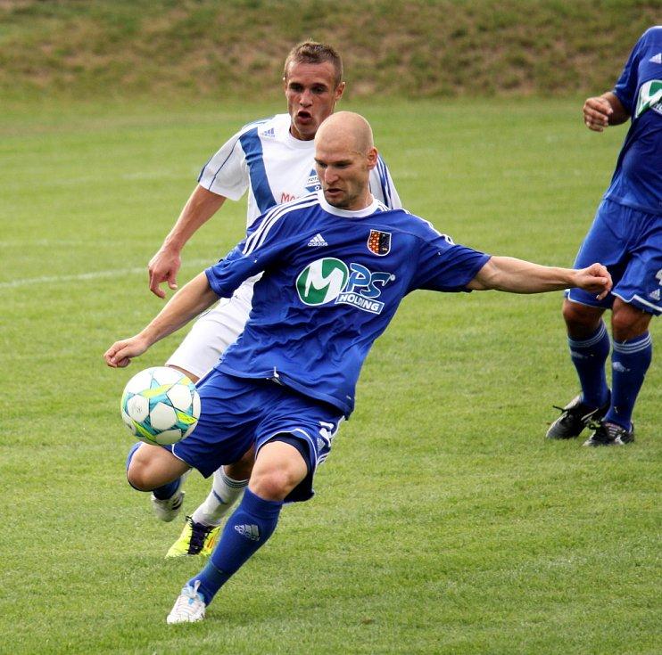 Prostějovští fotbalisté (v modrém) ve své domácí třetiligové premiéře nestačili na Frýdek-Místek, kterému podlehli 1:3.  Pavel Krejčíř