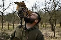 Myslivec Radomil Holík chová lišku Coco v panelovém bytu na prostějovském sídlišti.
