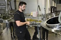 Lukáš Kresta je vrchním sládkem v prostějovském pivovaru Axiom.