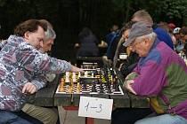 Šachové loučení s prázdninami na Hloučele (vlevo vítěz turnaje Roman Závůrka)
