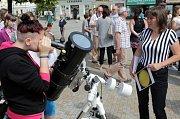 Studenti prostějovských středních škol předvádějí vědu v ulicích.