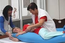 Speciální seminář s praktickými ukázkami, jak pečovat o nepohyblivého člověka, uspořádala prostějovská nemocnice.