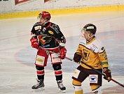 Hokejisté Prostějova (v černém) doma porazili Jihlavu 3:2.Lukáš Luňák (Prostějov)