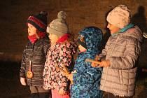 Děti i rodiče si v sobotu užili lampionový průvod Otaslavicemi.