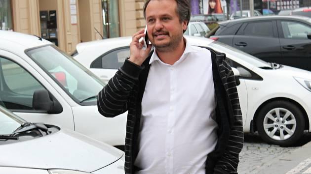 Dvojka krajské kandidátky ODS Petr Sokol, monitoruje bedlivě volební průběh před prostějovským Národním domem.