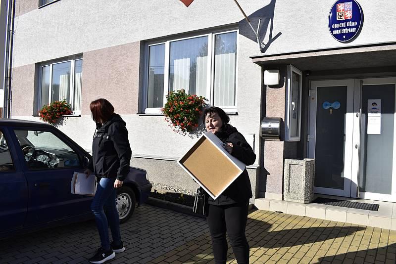 Rekordní účast v letošních parlamentních volbách hlásí prakticky ze všech volebních okrsků na Prostějovsku. V Horním Štěpánově se krátce před zavřením místnosti pohybovali okolo 66 procent. 9.10. 2021