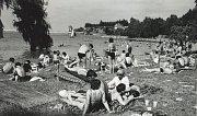Zaplněné koupaliště na pláži U Vrbiček v70. letech minulého století70. letech minulého století