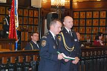 Nováčci a matadoři. V obřadní síni prostějovské radnice uvedli do služby nové hasiče, ti zkušení dostali medaili za věrnost sboru.
