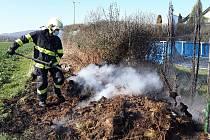 Hašení požáru trávy v Alojzově