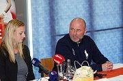 Trenér David Kotyza na tiskovce s Petrou Kvitovou