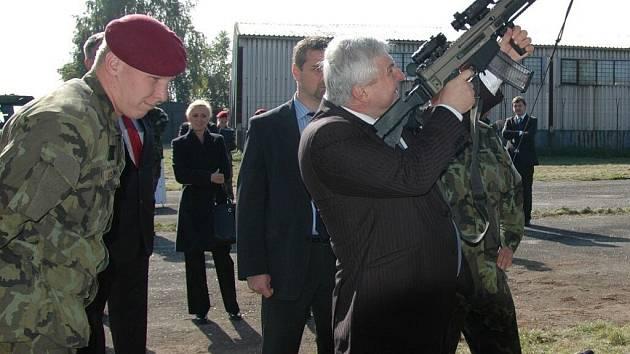 Premiér si vyzkoušel obsluhu útočné pušky CZ 805 BREN A2