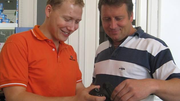 Vítězslav Ticháček (vpravo) láká zákazníky na kvalitní servis.
