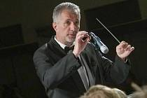 Dirigent Rudolf Prosecký vede dechový soubor od jeho vzniku