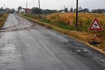 Někteří řidiči příliš zákaz ježdění znečištěných aut po silnicích nerespektují. Výsledkem jsou zabahněné cesty a od nich také auta zodpovědných šoférů.  Záběr je pořízený v sobotu nedaleko Štětovic.