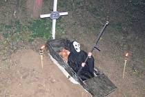 V sobotu 1. listopadu večer obsadila úvoz u Dobromilic strašidla.
