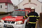 Nové hasičské auto ve Stínavě a starosta tamních hasičů Michal Burget