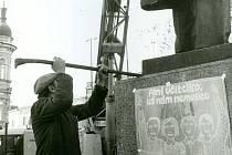 V pátek 29. prosince 1989 byl po abdikaci Gustava Husáka zvolen Václav Havel prezidentem republiky. Ve stejný den byla v Prostějově z hlavního náměstí odstraněna socha V. I. Lenina. Náměstí pak opět mohlo nést jméno T. G. Masaryka.