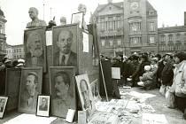 Na místě odstraněné sochy Lenina se vzápětí projevila místní lidová tvořivost.